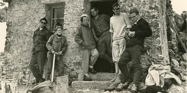 Vor der Kieler Wetterhütte in der Verwall-Gruppe, um 1960, Archiv des DAV, München