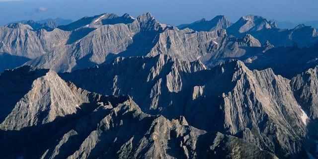 Ein Gebirge aus Stein: Zwischen den Karwendelzacken kann man schon mal die Übersicht verlieren. Foto: Heinz Zak