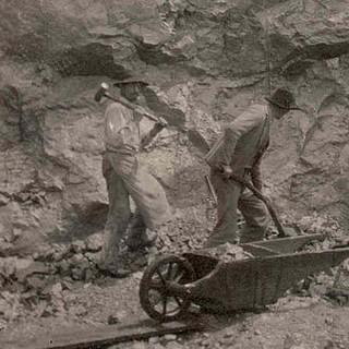 Bau des Karwendelhauses, 1906. Arbeiter räumen nach einer Sprengung den Schutt weg. Archiv des DAV, München