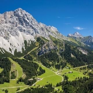 Ehrwalder Alm Gebiet - Das Gebiet der Ehrwalder Alm ist der Zustieg der Gatterlroute. Dieser Teil kann auch mit der Bahn überwunden werden. Luftbild Jörg Bodenbender.