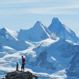 Großartiger Blick von den Diablons auf die Kaiserkrone-Viertausender: Zinalrothorn, Obergabelhorn und Matterhorn. Foto: DAV/Bernd Jung