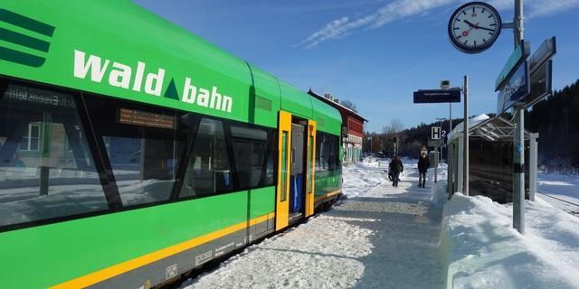 """Mit der """"Waldbahn"""" lassen sich die Orte im Nordteil des Nationalparks Bayerischer Wald entspannt und umweltfreundlich erreichen. Foto: Joachim Chwaszcza"""