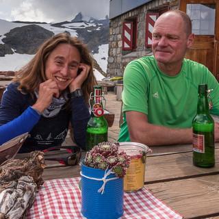Angekommen an der Claridenhütte – schön, wenn man auf der Terrasse sitzen kann. Foto: Ralf Gantzhorn