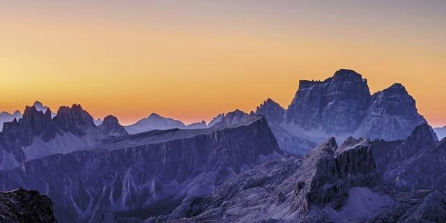 Juni: Orange leuchtender Morgenhimmel am Lagazuoi mit seinen zwei Gipfeln, Foto: Andreas Strauß