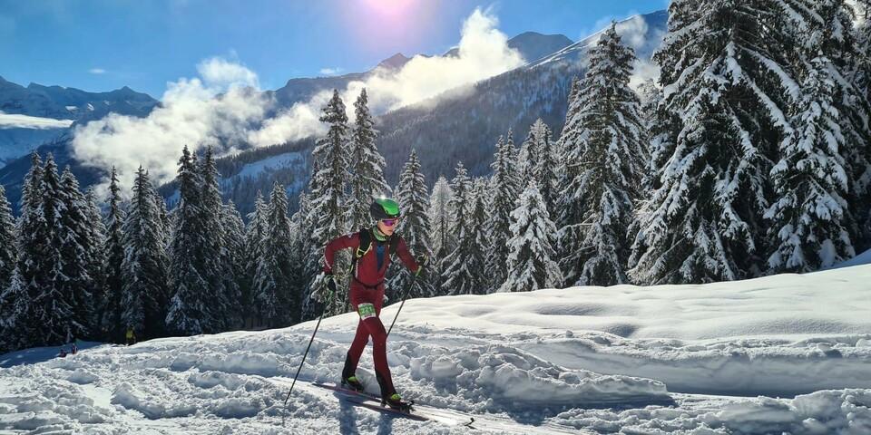 Finn Hösch (U20M) bei perfektem Sonnenschein auf dem Weg zum höchsten Punkt La Passay (2160m) - Foto: ISMF/Maurizio Torri