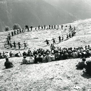 Ringtanz beim Milchmessfest, Guarda/CH 1939. Copyright: Gesellschaft für Volkskunde, Basel