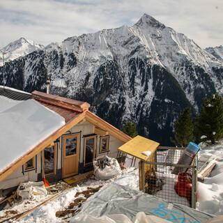 Eine Baustelle mit traumhafter Kulisse - Mitte Juli 2021 soll die Gamshütte fertig sein. Foto: Thomas Rychly