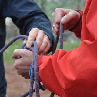 Hände halten ein Seil fest. Foto: JDAV/ Lena Behrendes