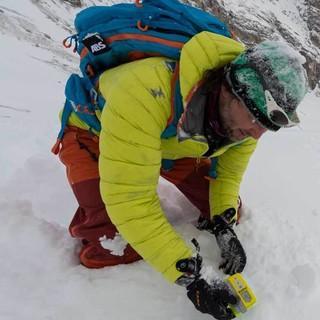 Punktortung nach Grob- und Feinsuche: Das LVS-Gerät befindet sich jetzt direkt über der Schneeoberfläche. Foto: Christian Pfanzelt