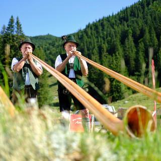 Alphornbläser begleiteten die Feierlichkeiten auf der Priener Hütte. Foto: DAV/Hans Herbig