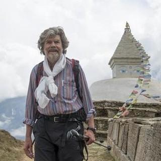 Reinhold Messner oberhalb des Dorfes Namche Bazar, Foto: ServusTV / RIVA Filmproduktion / Lars Jacobsen