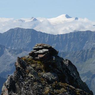 Großvenediger - Felskopf an der Kleinschmiedingerscharte, über den Wolken der Großvenediger
