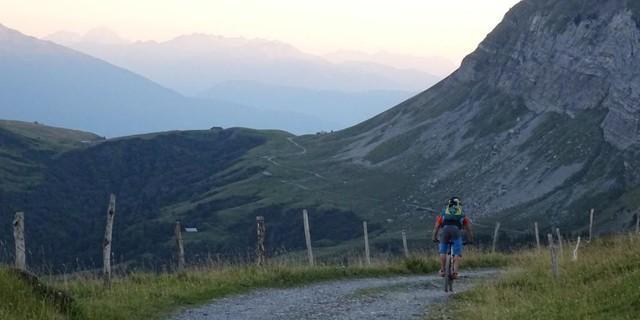 Tag 2: In der Abenddämmerung zieht sich die Höhenstraße zur Unterkunft in der Berghütte am Col de l'Arpettaz.
