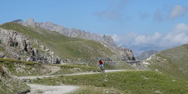 Tag 11: Die Gardetta-Militärstraße verläuft durch die Hochebene bis zum Colle Valcavera.