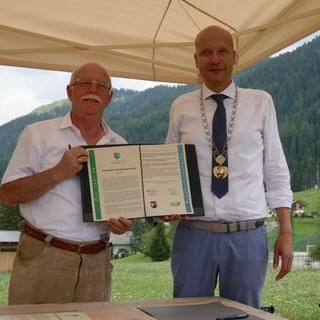 Unterzeichnung der Bergsteigerdorf-Deklaratoin: AVS-Präsident Simeoni (l.) und Bürgermeister Costabiei (r.). Foto: Anna Pichler
