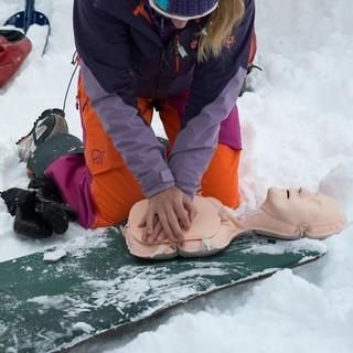 Die Herzdruckmassage wechselt sich im Rhythmus 30:2 mit den Atemspenden ab und wird durchgeführt, bis die Rettungskräfte eintreffen. Foto: Christian Pfanzelt