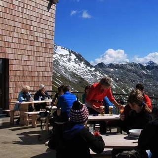 Hannoverhaus - Kaffee mit Aussicht: Die Terrasse des Hannoverhauses liegt hoch über dem Tal, das zur Hochalmspitze führt.