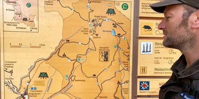Die attraktiven Infotafeln des Nationalparks versammeln alle wesentlichen Informationen. Foto: Joachim Chwaszcza