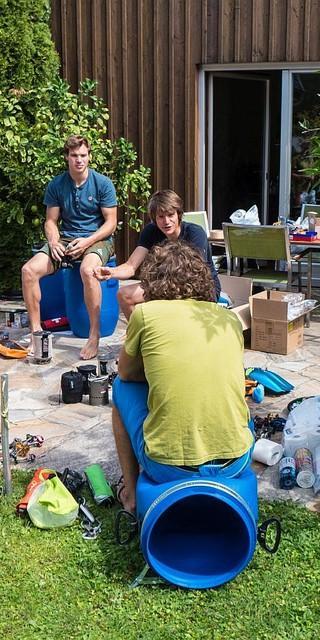 Alles in die Tonne: Packen für die Expedition. Foto: Michael Wärthl
