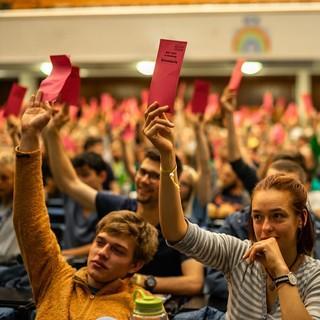 Abstimmung im Plenum beim BJLT 2019, Foto: JDAV/Silvan Metz
