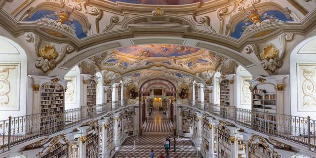 Stift Admont - Die Bibliothek im Stift Admont beherbergt 70.000 Bücher – sie ist die größte Klosterbibliothek der Welt. Foto: Iris Kürschner