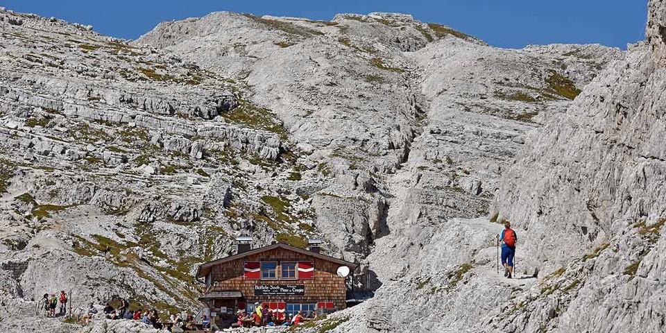 Höchstgelegene und kleinste Schutzhütte in den Sextner Dolomiten: die Büllelejochhütte (2528 m). Foto: Thorsten Brönner