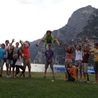 Eine motivierte Jugendgruppe beim kreativen Gruppenfoto vorm Gardasee. Foto: JDAV/Lena Behrendes