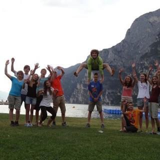 Eine motivierte Jugendgruppe beim kreativen Gruppenfoto am Gardasee. Foto: JDAV/Lena Behrendes