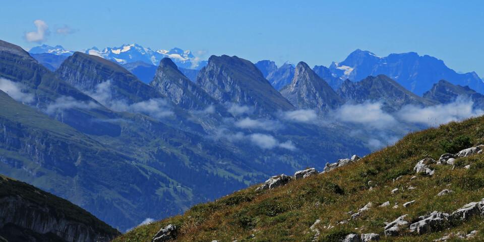 Unverkennbar: Die Churfirsten stehen Spalier auf dem Panoramasteig zwischen Mutschensattel und Zwinglipass. Dahinter die ersten Gletscherberge, wie der Claridenstock. Foto: Silvia Schmid