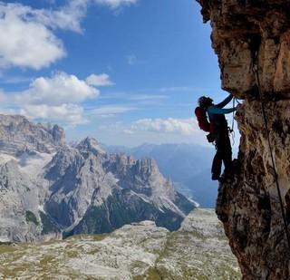 """Dolomiten wie man sie mag: Ausgesetzter Quergang an der """"Gelben Kante"""" der Kleinen Zinne, Foto: Ralf Gantzhorn"""