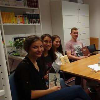 Aussuchen der Bergromane in der Bibliothek des DAV in München