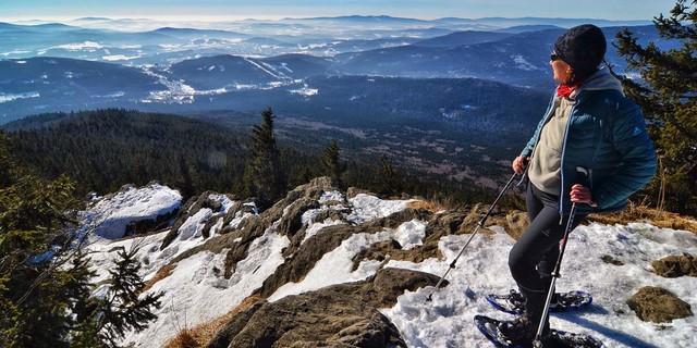 Die prachtvolle Aussicht vom Kleinen Falkenstein liegt quasi am Rand des Winterwegs zum Großen Falkenstein. Foto: Joachim Chwaszcza