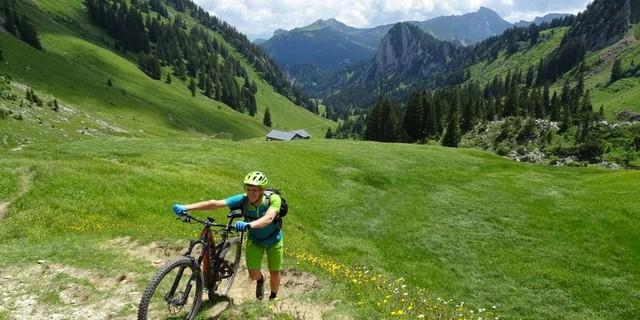 Der Bregenzerwald geizt nicht mit anspruchsvollen Passagen: Etappe 2, Steile Schiebepassage zum Schreiberesattel.