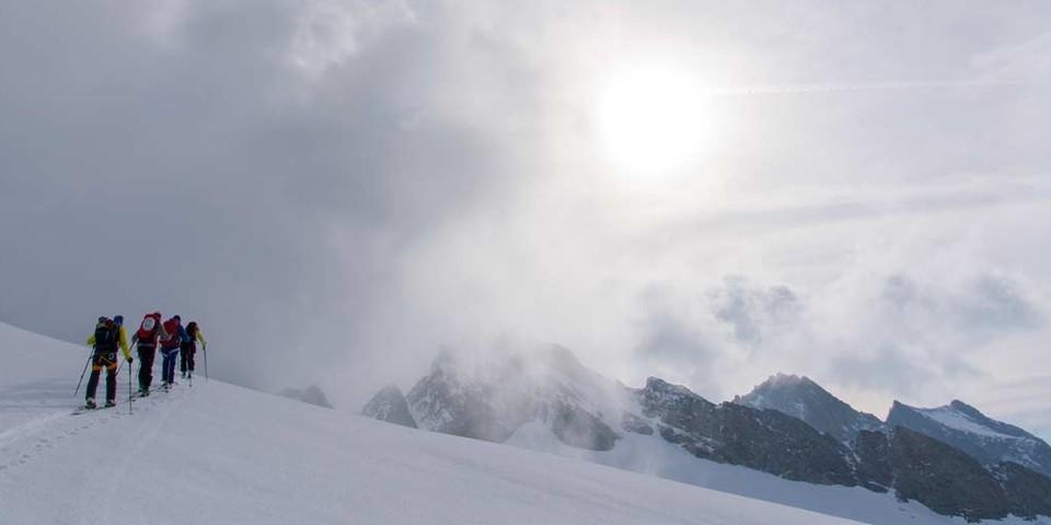 Nebulös: der Weiterweg über den Brunnenfirn zur Sustenlimi. Foto: Folkert Lenz