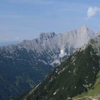 So ist gut ruh'n: Aussichtsbank am Südwandsteig mit Blick auf Predigtstuhl und Hochwand