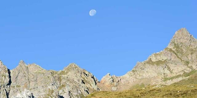 Beim Abstieg im Val Torta steht noch der Mond im klaren Himmel. Foto: Folkert Lenz