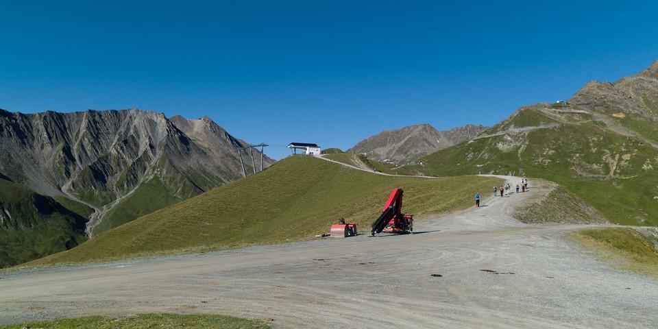 """Es kommt, wie es kommt: Beim Sommerwandern im Skigebiet wechseln sich """"Kulturlandschaft"""" und Natur ab. Foto: Axel Klemmer"""