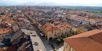 Über die Dächer der Provinzhauptstadt Cuneo weg blickt man auf die Ausläufer der Cuneeser Seealpen. Foto: Joachim Chwaszcza