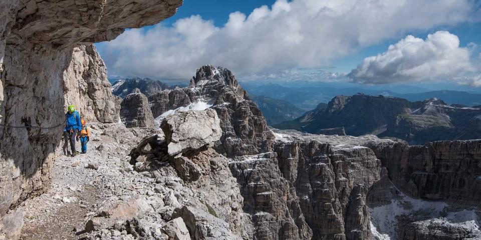 Auf den typischen Felsbändern der Brenta lässt sich über weite Strecken gut gehen. Foto: Ralf Gantzhorn