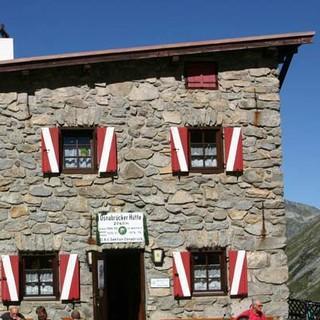 """Osnabrücker Hütte - Zufrieden nach Tour: Ob Hochalmspitze, Ankogel oder """"nur"""" der Tauernhöhenweg – auf der Osnabrücker Hütte lässt sich gut rasten."""