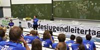 Lisi Maier, Vorsitzende des DBJR motiviert den BJLT für den Nachmittag. Foto: JDAV/Ben Spengler