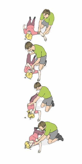 Wenn Bewusstlose auf dem Rücken liegen, droht Erstickungsgefahr; die Stabile Seitenlage ist dann die richtige Lagerung. Atmung und Puls regelmäßig prüfen!