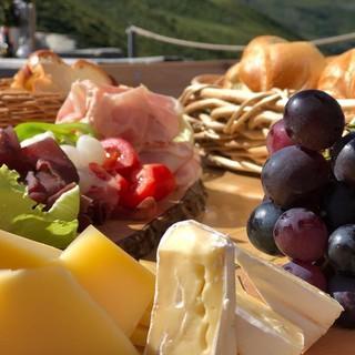 Auch die Hüttenwirtsleute locken mit einer leckeren Brotzeit aus regionalen Köstlichkeiten wie auf der Kaltenberger Hütte, Foto: M.Kegele