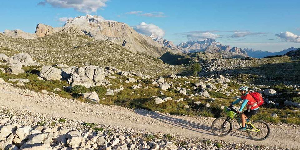 Die sportliche Fanes-Sennes-Runde zählt für Biker zu den schönsten Tagestouren in den Alpen. Foto: Thorsten Brönner