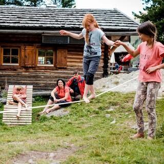 Mit Kindern auf Hütten. Foto: Hans Herbig