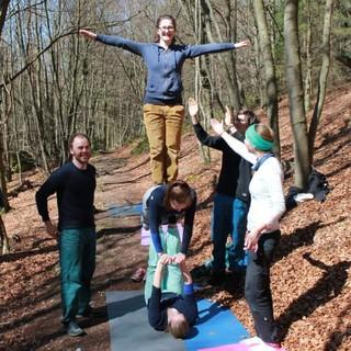 Kletterer*innen-Akrobatik im Wald. Foto: Bastian Bartel.