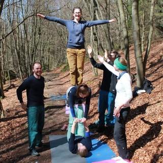 Kletterer*innen-Akrobatik im Wald. Foto: JDAV / Silvan Metz