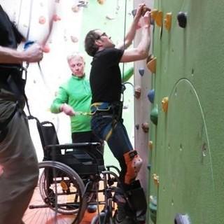 Das Klettern mit körperlicher Beeinträchtigung wird selbst erprobt. Foto: DAV / Archiv