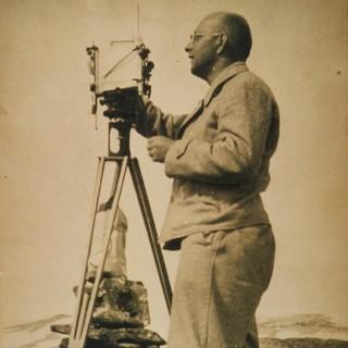 Richard Finsterwalder mit dem Phototheodoliten TAF am Jostedalsbreen in Norwegen, 1937