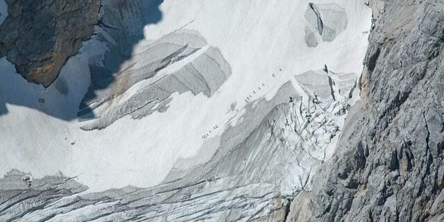 Auch zu Fuß strömen im Sommer die Massen auf den Berg: Seilschaften auf dem Höllentalferner, Foto: Jörg Bodenbender